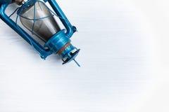 Lámpara azul del vintage en el fondo blanco del modelo Conveniente para incorpore el texto al centro y más Foto de archivo libre de regalías