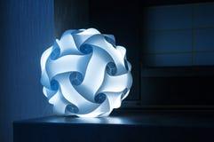 Lámpara azul en el primer oscuro del fondo imagen de archivo libre de regalías