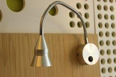 Lámpara blanca en la pared agrietada Foto de archivo