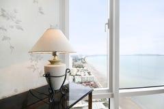 Lámpara blanca y ventana foto de archivo libre de regalías