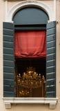 Lámpara brillante dentro del sitio y de la cortina roja Fotografía de archivo libre de regalías