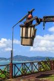 Lámpara cambiante de Man del electricista Fotos de archivo libres de regalías