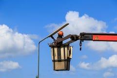Lámpara cambiante de Man del electricista Fotografía de archivo libre de regalías
