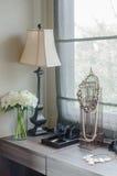 Lámpara con el florero de la planta en el tocador Foto de archivo libre de regalías