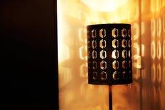 Lámpara con el modelo en la tabla Foto de archivo libre de regalías