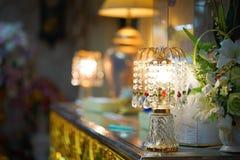 Lámpara con los colgantes cristalinos Imágenes de archivo libres de regalías