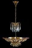 Lámpara contemporánea del oro aislada en fondo negro La lámpara cristalina adornó cristales púrpuras Foto de archivo libre de regalías