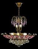 Lámpara contemporánea del oro aislada en fondo negro La lámpara cristalina adornó cristales rosados Imagenes de archivo