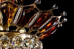 Lámpara contemporánea del oro aislada en fondo negro La lámpara cristalina adornó el primer ambarino de los cristales Fotos de archivo