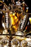 Lámpara contemporánea del oro aislada en fondo negro La lámpara cristalina adornó el primer ambarino de los cristales Imagen de archivo libre de regalías