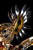 Lámpara contemporánea del oro aislada en fondo negro La lámpara cristalina adornó el primer ambarino de los cristales Imagenes de archivo