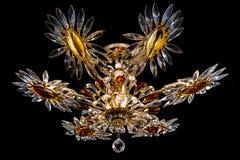 Lámpara contemporánea del oro aislada en fondo negro La lámpara cristalina adornó el primer ambarino de los cristales Fotografía de archivo