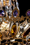 Lámpara contemporánea del oro aislada en fondo negro La lámpara cristalina adornó el primer púrpura de los cristales Fotografía de archivo libre de regalías