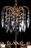 Lámpara contemporánea del oro aislada en fondo negro La lámpara cristalina adornó el primer púrpura de los cristales Imagen de archivo libre de regalías