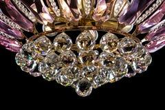 Lámpara contemporánea del oro aislada en fondo negro La lámpara cristalina adornó el primer rosado de los cristales Fotos de archivo