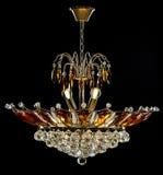Lámpara contemporánea del oro aislada en fondo negro La lámpara cristalina adornó los cristales ambarinos Fotos de archivo