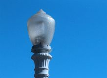 Lámpara contra un cielo azul brillante Imágenes de archivo libres de regalías