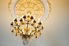 Lámpara costosa del vintage del cristal de lujo hermoso clásico hermoso antiguo viejo brillante del palacio foto de archivo