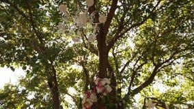 Lámpara cristalina con las flores y las guirnaldas en ceremonia de boda Decoración del día de fiesta, estilo rústico almacen de video