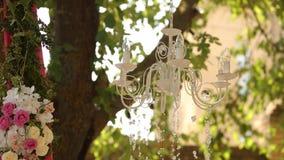 Lámpara cristalina con las flores y las guirnaldas en ceremonia de boda Decoración del día de fiesta, estilo rústico almacen de metraje de vídeo