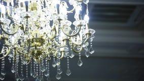 Lámpara cristalina del vintage hermoso en un cuarto almacen de video