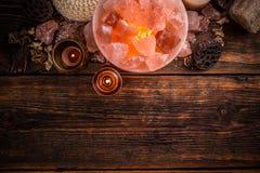 Lámpara cristalina Himalayan de la sal Fotos de archivo