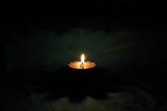 Lámpara de aceite de cobre amarillo de la forma de la flor Fotos de archivo