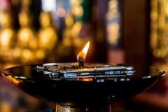 Lámpara de aceite grande con el fondo de Buda Fotos de archivo