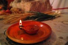 Lámpara de aceite romana en la tabla de la acción de gracias Foto de archivo libre de regalías