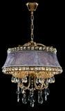 Lámpara de bronce contemporánea, diseño del terciopelo aislada en fondo negro Crystal Chandelier foto de archivo
