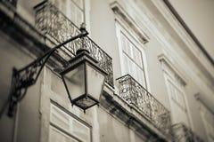 Lámpara de calle al aire libre negra vieja del hierro labrado Fotografía de archivo libre de regalías