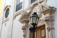 Lámpara de calle al aire libre negra vieja del hierro labrado Imágenes de archivo libres de regalías
