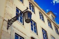Lámpara de calle al aire libre negra vieja del hierro labrado Imagenes de archivo
