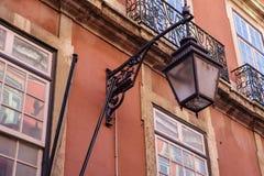 Lámpara de calle al aire libre negra vieja del hierro labrado Foto de archivo libre de regalías