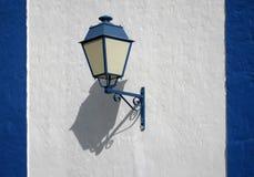 Lámpara de calle azul Fotos de archivo libres de regalías
