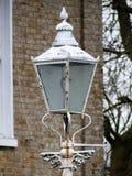 Lámpara de calle blanca antigua fuera de la casa imagenes de archivo