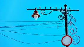 Lámpara de calle con los alambres contra el cielo Foto de archivo libre de regalías
