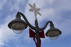 Lámpara de calle con símbolos de la Navidad Fotos de archivo