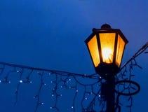 Lámpara de calle del vintage en un fondo de la noche con un efecto de la falta de definición primer imagen de archivo libre de regalías