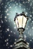 Lámpara de calle del vintage, nieve, noche del invierno fotografía de archivo