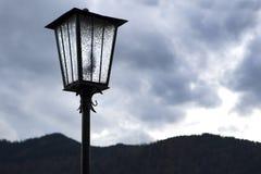 Lámpara de calle delante de las montañas Foto de archivo