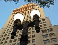 Lámpara de calle delante del edificio/de Edificio Altino Arantes de BANESPA Fotos de archivo libres de regalías