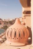 Lámpara de calle en el balcón en el día soleado con la playa y los paraguas, sunbeds, mar como fondo Foto de archivo libre de regalías