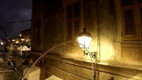Lámpara de calle en el callejón histórico antes de la tormenta metrajes