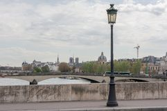Lámpara de calle en el puente de París Imagenes de archivo