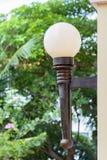 Lámpara de calle en la pared imagenes de archivo