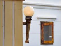 Lámpara de calle en la pared foto de archivo