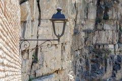 Lámpara de calle en la pared de ladrillo vieja, fondo de la roca tbilisi Fotografía de archivo