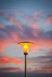 Lámpara de calle en la puesta del sol foto de archivo