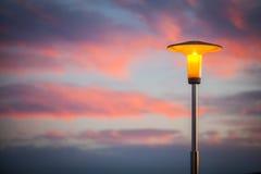 Lámpara de calle en la puesta del sol fotografía de archivo